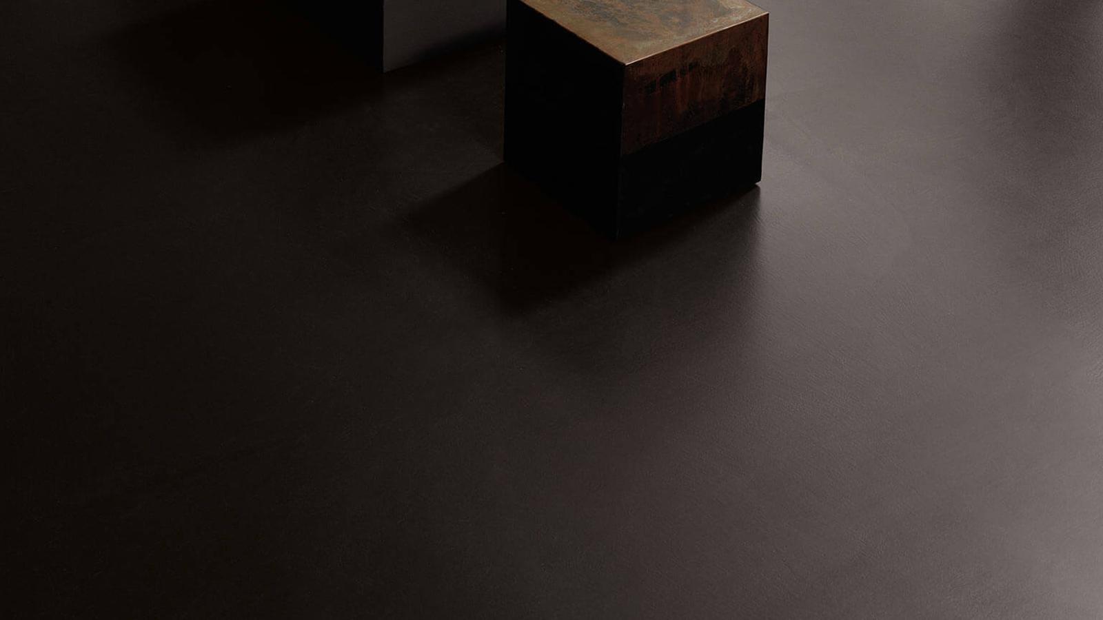 Ha egyedi, tökéletesen egyenletes felületre vágyunk, melyet sehol nem bontanak meg illesztések vagy fugák, akkor a Kerakoll Design House Cementoresina terméke kiváló választás lehet. A mindössze 3 mm vastagságú, de három rétegű burkolat rendkívül stabil, ellenálló, nem szívja be a nedvességet, ugyanakkor környezetbarát és már meglévő felületeken is alkalmazható.