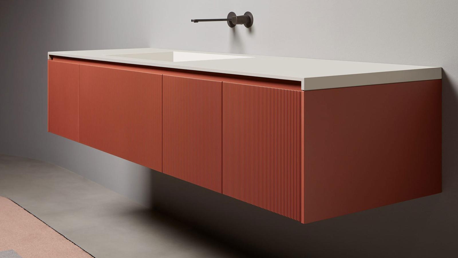 A Binario-t a napjainkban egyre inkább szobaszerűvé váló fürdőszobák berendezéséhez fejlesztette ki az Antonio Lupi. A térben lebegni látszó, könnyed, mindent elnyelni képes bútorok többféle színben, sőt: akár fa előlapokkal is kérhetők, így a lehető legjobban fürdőszobánk stílusához igazíthatók.