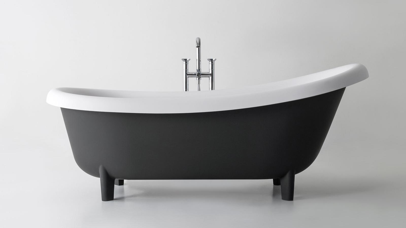 A hagyományos, lábakon álló fürdőkád, némiképp modernizálva: ez a Suite. Az antoniolupi termékének háttámlája éppúgy magasított, pereme pedig éppúgy visszahajlik, mint nagy elődeié, új anyaga ugyanakkor egyedi és szokatlan kialakítást tesz lehetővé – például bársonyszerű, matt felületet is, ha épp arra vágyunk.