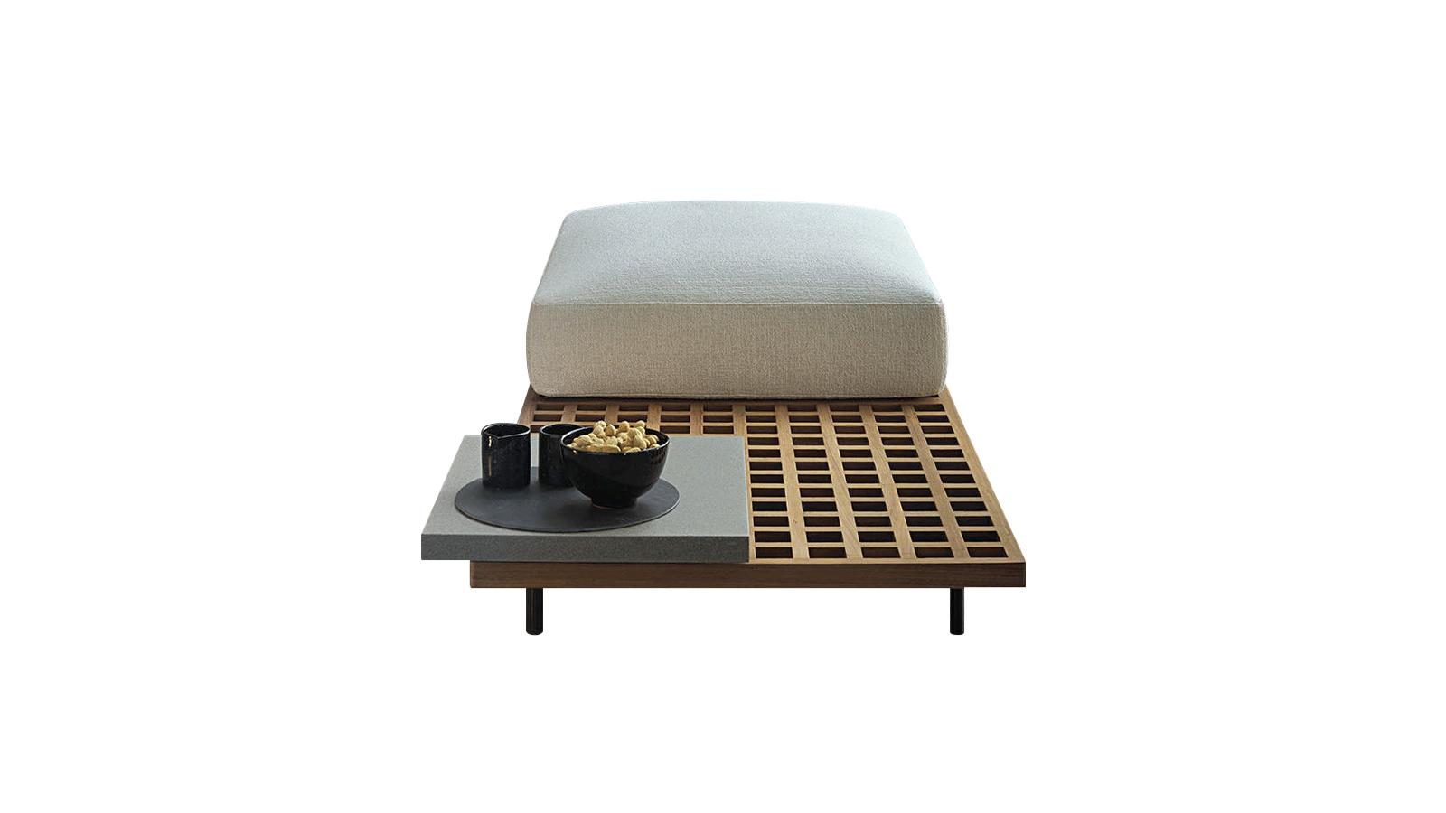 A Minotti kültéri bútorkollekciója moduláris rendszerének köszönhetően egyaránt ideális választás tágasabb terek és szűkebb, városias hangulatú környezet berendezéséhez is. A bútor alapját képező rácsos struktúra a víz hatékony elvezetését szolgálja, a Quadrado bútorai így nem csak stílusosak, de rendkívül praktikusak is. Alacsony kisasztalai jó szolgálatot tehetnek olyan, víznek kitett részeken, mint például a medence partja.