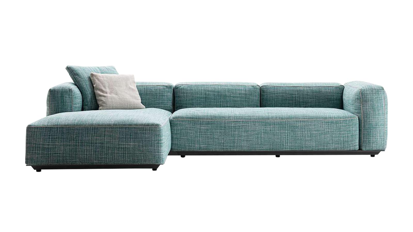 """""""Antonio Citteriónak köszönhetjük a Hybrid moduláris üléselemekből álló bútorrendszert, amely olyan sokoldalú, hogy szinte végtelen számú kombinációba rendezhető. A textília kulcsfontosságú szerepe azonnal kitűnik, ám az igazi főszereplő a nagyvonalú párnázás. Ezek jellemzően a beltéri bútorok tipikus elemei, amelyek az innovatív designnak hála kültéri megjelenést kaptak. """""""