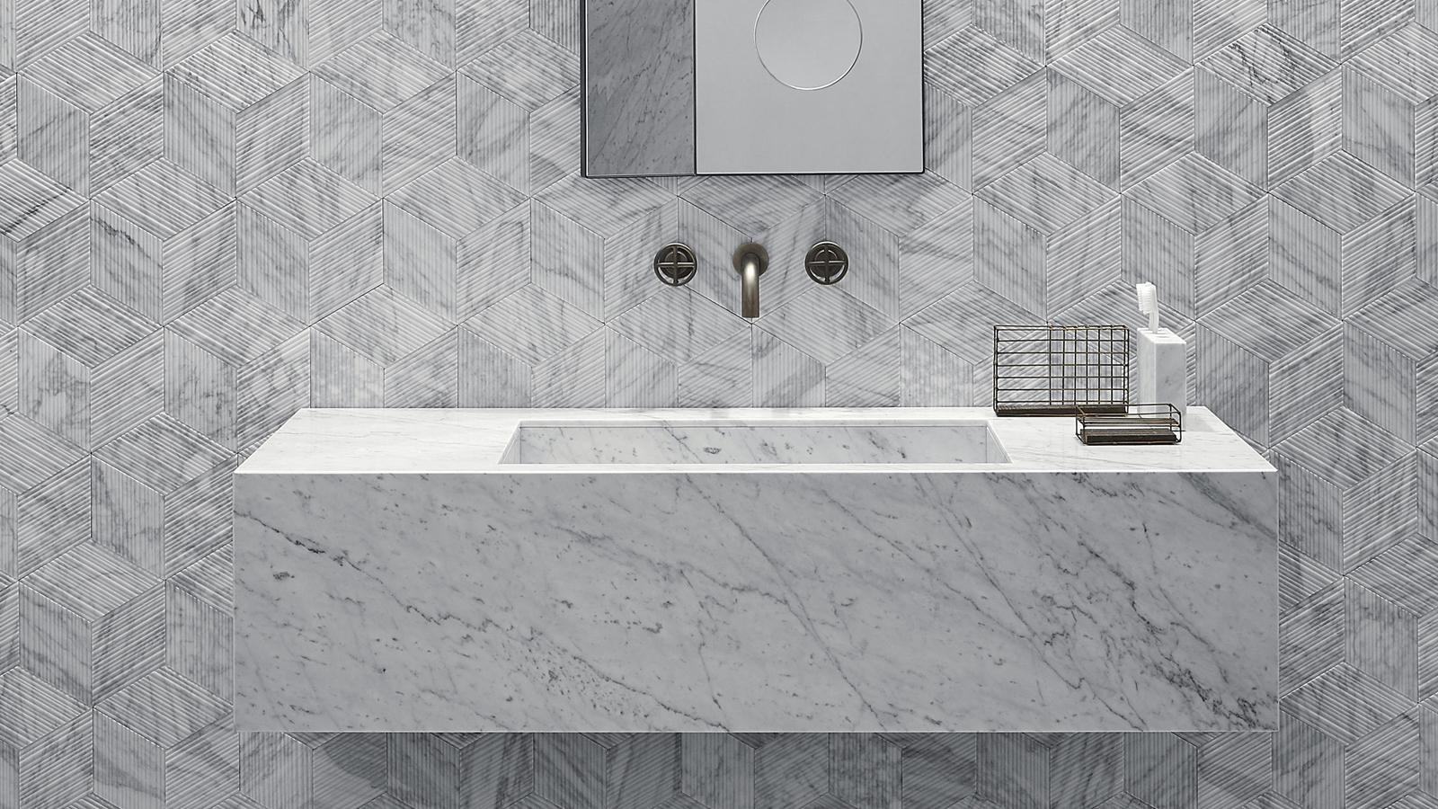 Egyszerű, négyszögletes forma és rengeteg tárolóhely jellemzi a Stiletto mosdókagylót, mely négy méretben és ötféle márványból rendelhető. A Salvatori egyedi, ún. Plug&Play rendszerének köszönhetően ráadásul a termék rendkívül egyszerűen, szaktudás nélkül szerelhető, és bár elsősorban falra szerelt csapteleppel mutat jól, választhatjuk álló változatok számára előkészített verzióban is.