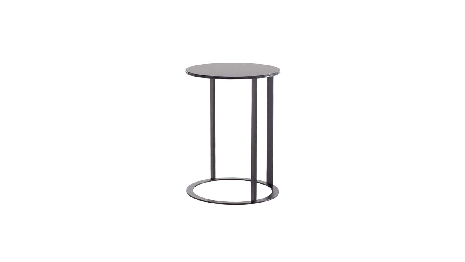 A modern megjelenésű Frank asztalok nemcsak az indusztriális terekben, hanem az elegáns bútorok komplementereként is kiválóan mutatnak. Első a használójuk kényelme: aszimmetrikus felépítésük lehetővé teszi, hogy olyan közel húzzuk őket a kanapéhoz, amennyire csak szeretnénk.