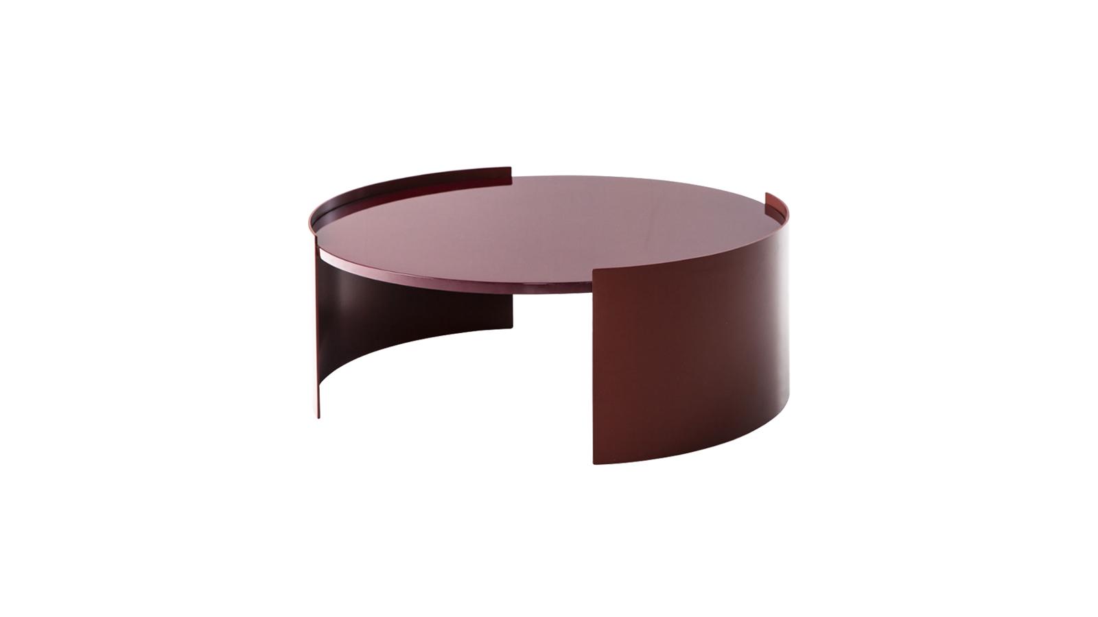 A Bowy asztalkák ugyanazt a gömbölyded formavilágot képviselik, mint a Cassina azonos nevű kanapésorozata. A többféle méretben és magasságban elérhető asztalok a tér praktikus kiegészítői - immár kültéren is, hiszen a Bowy 2020-tól kültéri verzióban is piacra került.