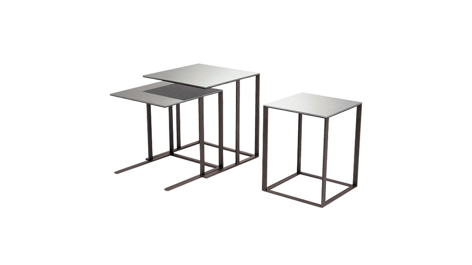 A B&B Italia Maxalto kollekciójának Elios asztala visszafogott, letisztult kísérője a hálószoba főszereplőjének, az ágynak. Az Elios termékcsalád geometrikus formák játékából tevődik össze, az asztallap formája határozza meg a tartószerkezet vonalait. A horizontális síkok párhuzamosak és szimmetrikusak, a vertikális elemek azonban eltoltak és asszimetrikusak - a végeredmény egy könnyed, szolidan játszadozó, de mégsem hivalkodó bútordarab.