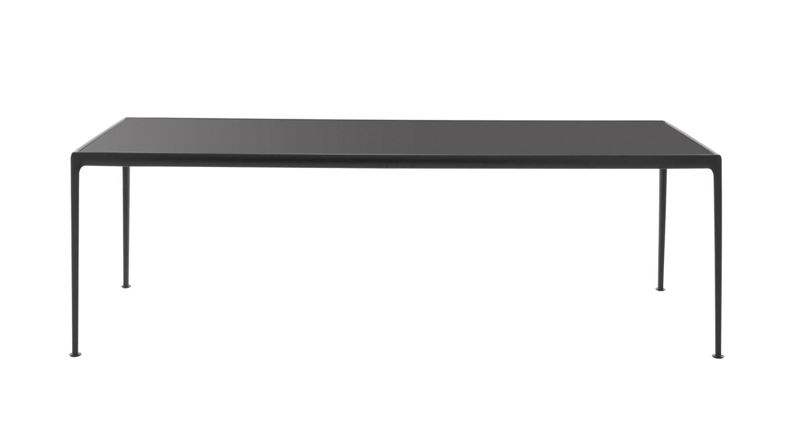 A Richard Schultz által 1966-ban tervezett kültéri étkezőasztalt több, mint ötven éve gyártja folyamatosan a Knoll – a forma pedig ez idő alatt mit sem veszített univerzalitásából. A bútor, mely egy nagyobb, kültéri kollekció része, ma már többféle asztallappal és szintén többféle színű szerkezettel elérhető.