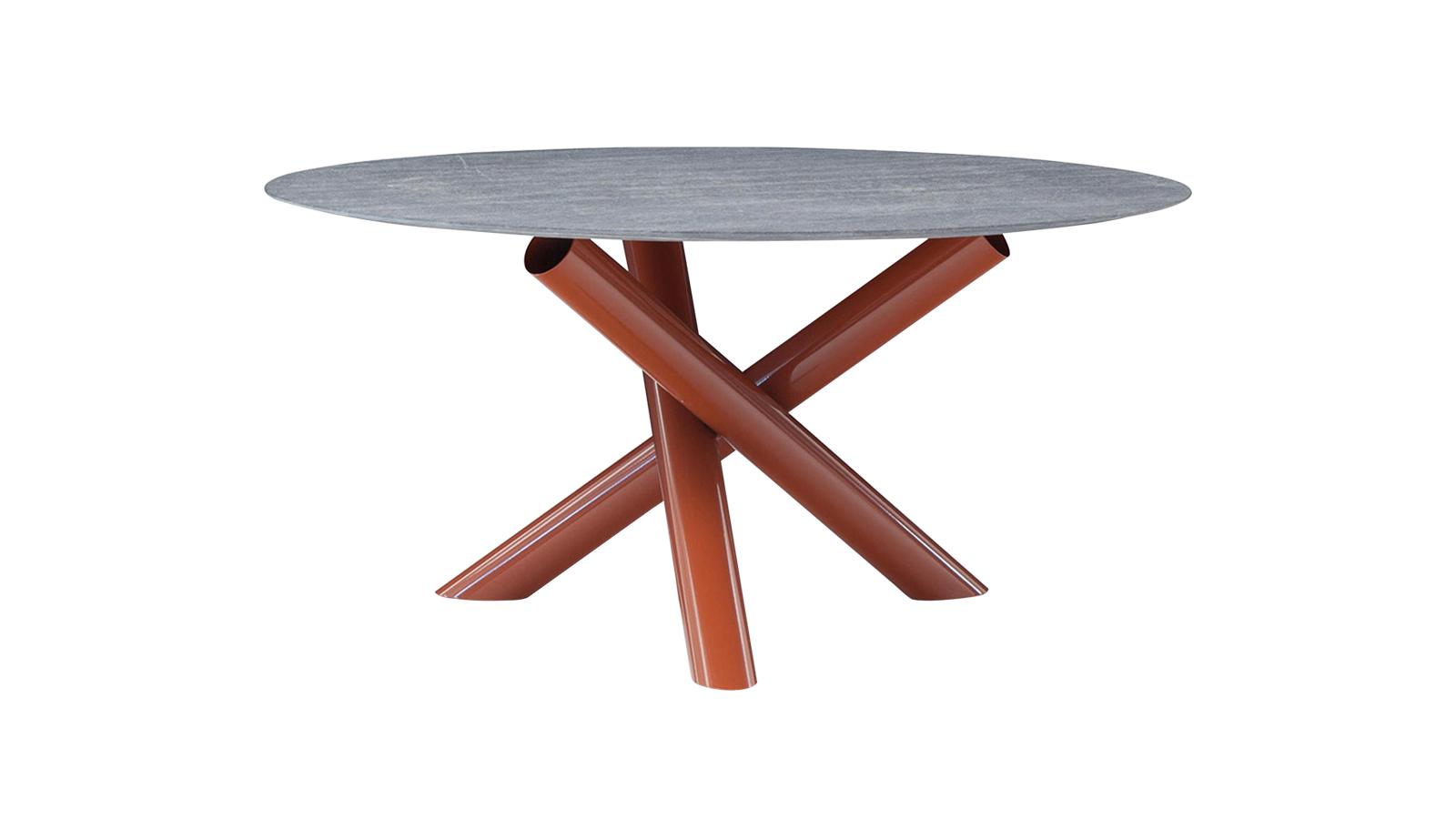 Karakteres és masszív: a Van Dyck kültéri asztal játékosságáról és stabilitásáról egyaránt a három, egymásnak támasztott, e gyenként 10 cm átmérőjű csőből álló szerkezet gondoskodik. A kültéri változat számos színben elérhető, és egy szintén több színben elérhető, kerek asztallap teszi teljessé. Erőteljes és feltűnő darab, csak bátraknak.