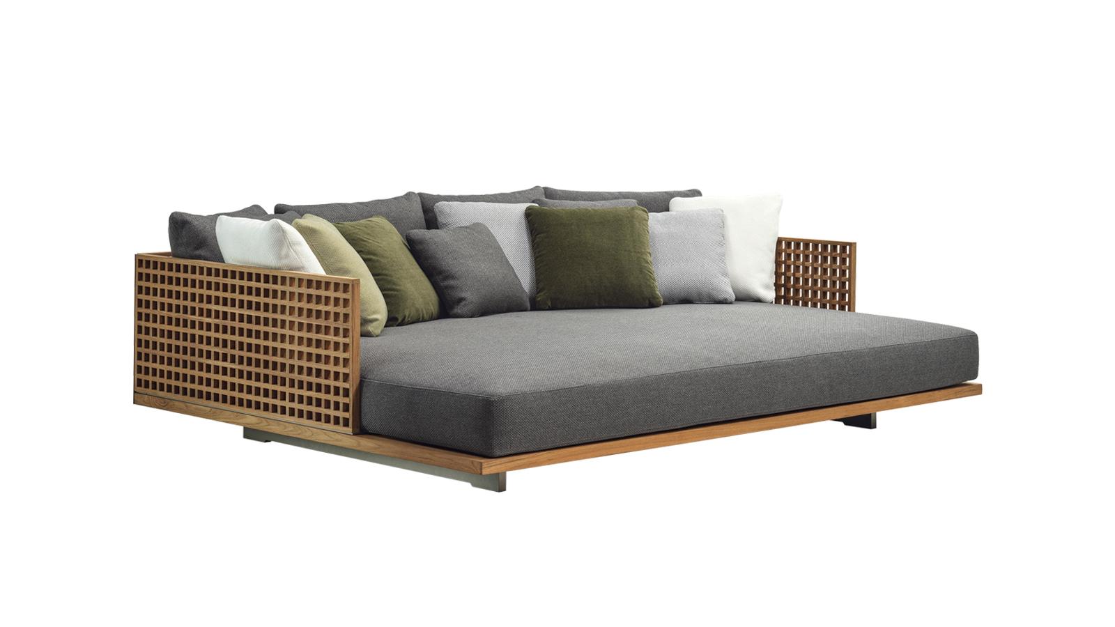 A Minotti kültéri Quadrado bútorkollekciójának eleganciáját a yachtok faburkolata inspirálta. A brazil Marcio Kogan építész által 2019-ben megálmodott sorozat letisztult és könnyed, ráadásul számos elemének köszönhetően nagyon jól alkalmazkodik bármilyen térhez. A Quadrado ráadásul elérhető szélesebb és kompaktabb változatban és formátumban is, illetve olyan kiegészítőkkel, mint tálcák vagy gyertyatartó felületek – így a végső konfiguráció kialakításának csak a fantáziánk szab határt. A bútor alapját képező rácsos struktúra ráadásul a víz hatékony elvezetését szolgálja, a Quadrado kollekció kültéri bútorai így nem csak stílusosak, de rendkívül praktikusak is.