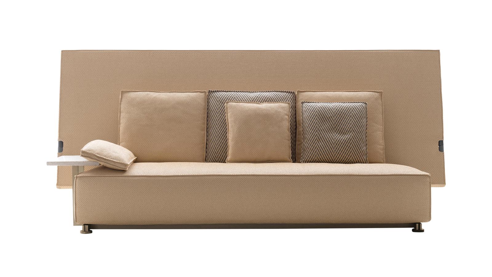 A B&B Italia és a Philippe Starck első kollaborációja, az Oh, it rains! olyan innovatív megoldással robbant be a kültéri bútorok világába, hogy akár egy külön kategóriát is létrehozhatunk számára. Az Oh, it rains! kanapé és karosszék rendkívüli formavilágával nem csupán a kényelmet és az esztétikus megjelenést szolgálja, de kiváló megoldás az egyik leggyakoribb időjárási viszontagság, az eső ellen is: a lehajtható, oversized támla az egész bútor, és a rajta elhelyezett párnák számára is védelmet nyújt.