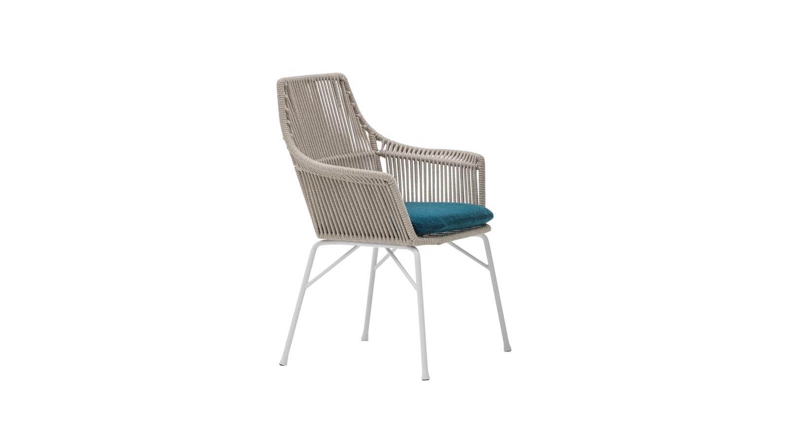 Az ötvenes évek formái ihlették a York szék Cord változatát, mely az azonos nevű, 2012-ben bemutatott, beltéri darab továbbfejlesztése. A szék egy könnyű fémszerkezetből és zsinóros támlából áll, melyet egy kényelmes ülőpárna egészít ki. Rodolfo Dordoni alkotása több színkombinációban elérhető.