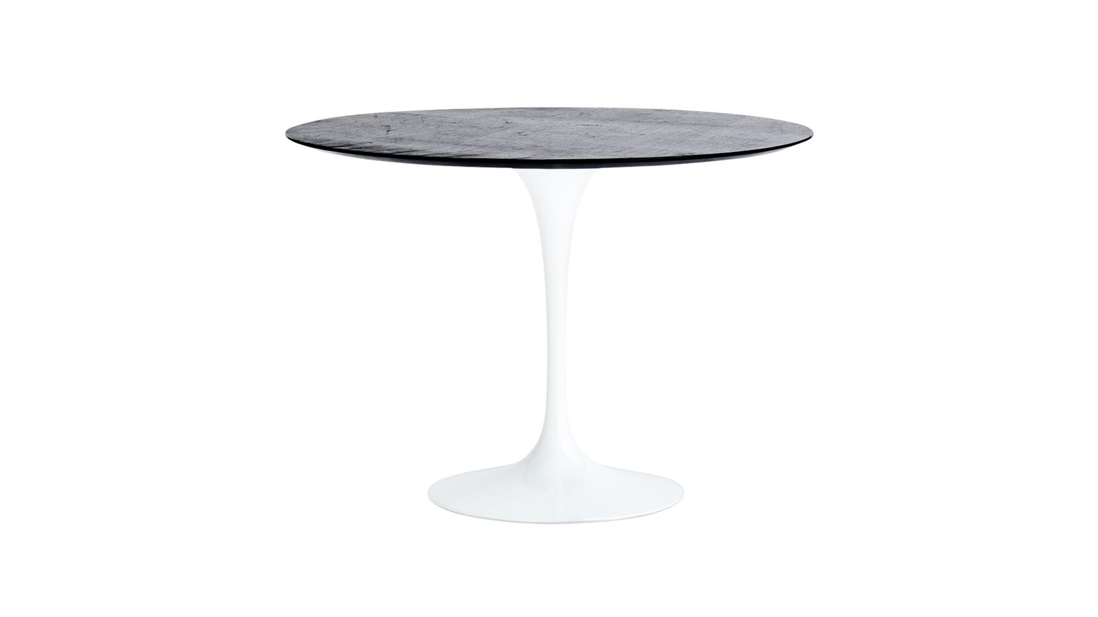 Eero Saarinennek, a 20. század egyik legnagyobb hatású designerének köszönhetjük ezt az asztalt, melyet világhírű termékéhez, a Tulip székhez tervezett. A műanyag és márvány kettőséből megszülető bútor korszakalkotó, mégis időtálló. Több változatban is kapható.
